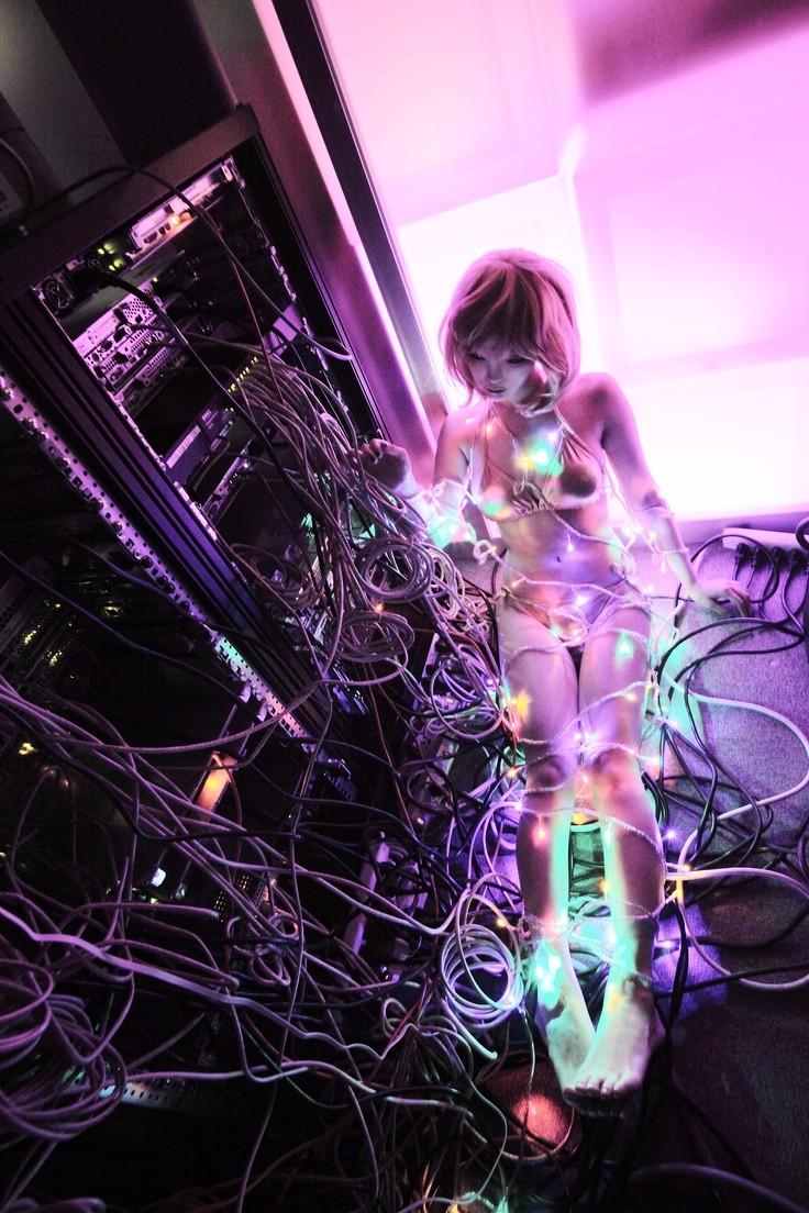 天野あい(Ai Amano)1979年出生于大阪,以ジュリ・ワタイ(Julie Watai)的艺名活跃于诸多艺术领域,是一位集摄影师、模特、设计师和音乐人等身份于一身......