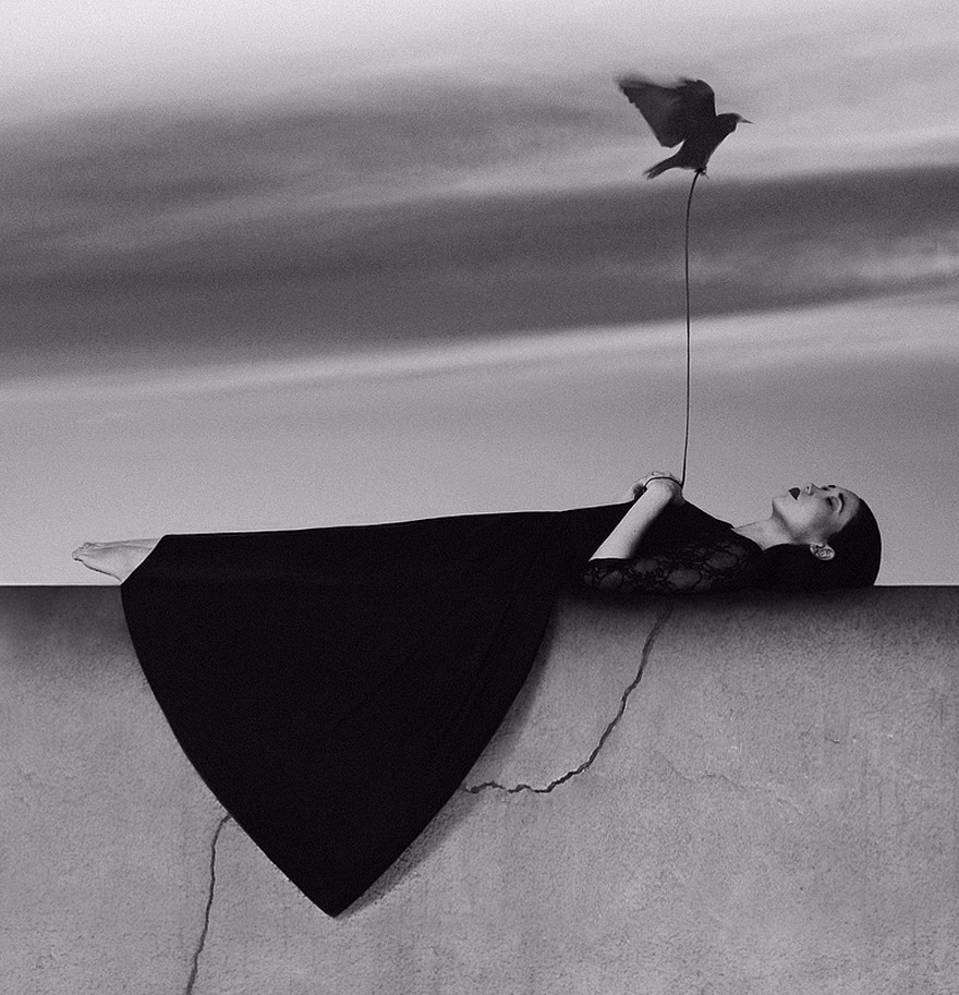 匈牙利摄影师Noell S. Oszvald的黑白艺术摄影作品。画面简单干净,让人似乎感觉到一种安静神秘的孤独感。Noell Osvald擅长通过简单的黑白摄影对比来表现......